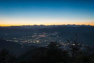 杓子山より望む富士吉田市街と南アルプスの写真素材 [FYI01782831]