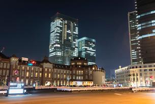夜の東京駅丸の内口の写真素材 [FYI01782850]