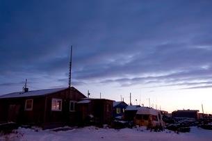 雪の町に訪れる夜の帳の写真素材 [FYI01782851]