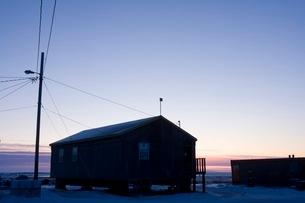 雪の町に訪れる朝の写真素材 [FYI01783116]