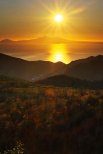 国後島の日の出と根室海峡の写真素材 [FYI01783230]