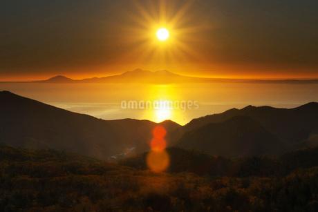 国後島の日の出と根室海峡の写真素材 [FYI01783266]
