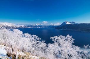 摩周湖と樹氷の写真素材 [FYI01783345]