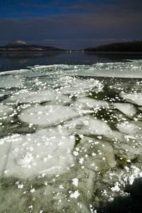 屈斜路湖とフロストフラワーの写真素材 [FYI01783364]