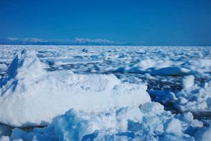 知床連山と野付半島の流れて動く流氷の写真素材 [FYI01783438]