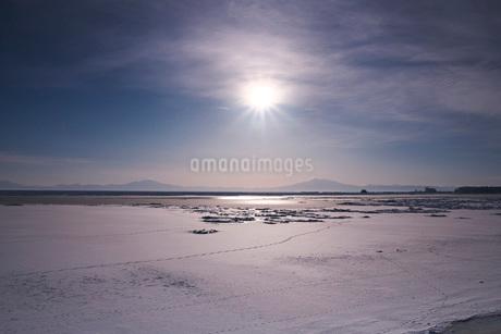 オホーツク海と流氷と太陽の写真素材 [FYI01783441]