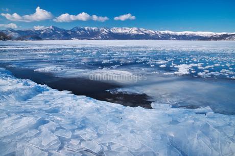 屈斜路湖の氷とフロストフラワーの写真素材 [FYI01783547]