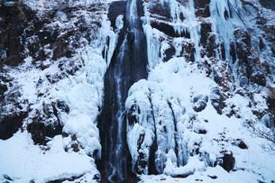 白銀の滝の冬の写真素材 [FYI01783582]