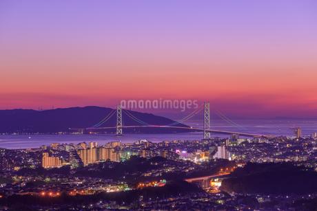 夕景の明石海峡大橋と神戸の街並みの写真素材 [FYI01783780]