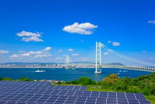 太陽光発電と明石海峡大橋の写真素材 [FYI01783806]