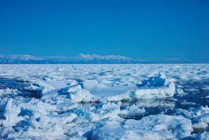 知床連山と野付半島の流れて動く流氷の写真素材 [FYI01783839]