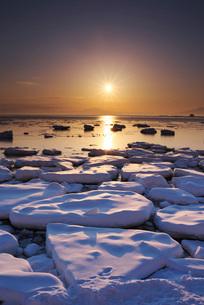 オホーツク海の日の出と流氷の写真素材 [FYI01783851]