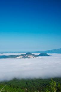 屈斜路湖の雲海と硫黄山の写真素材 [FYI01783865]