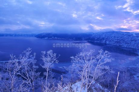 摩周湖の朝と樹氷の写真素材 [FYI01783869]