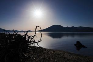 支笏湖の朝と風不死岳の写真素材 [FYI01783915]