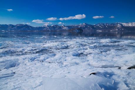 屈斜路湖の氷とフロストフラワーの写真素材 [FYI01783929]