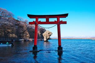 厳島神社の鳥居と瓶子岩の写真素材 [FYI01783940]