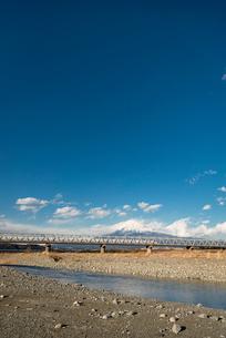 富士川の鉄道橋を走行する新幹線と富士山の写真素材 [FYI01784028]