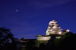 夕暮れの姫路城の写真素材 [FYI01784050]
