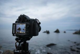 二見興玉神社の夫婦岩をデジタル一眼レフカメラで撮影の写真素材 [FYI01784054]
