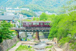 阪急電車と神戸の街並みの写真素材 [FYI01784112]