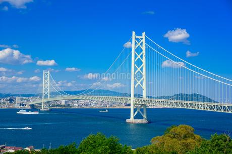 明石海峡大橋と神戸市の街並みの写真素材 [FYI01784177]