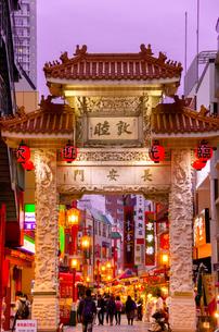 夕景の南京町の写真素材 [FYI01784179]