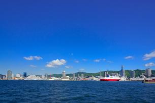 海からの神戸港の景観の写真素材 [FYI01784236]