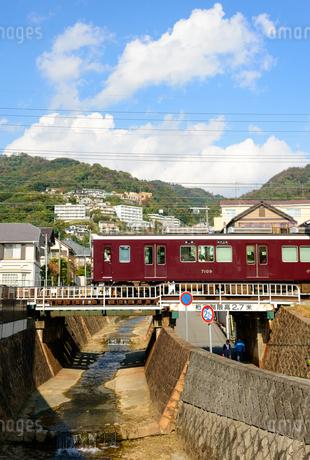 阪神間を走る阪急電車の写真素材 [FYI01784318]