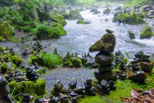 天安河原の積み石の写真素材 [FYI01784538]