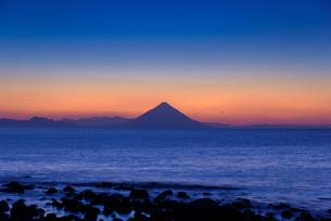 夜明けの開聞岳の写真素材 [FYI01784568]