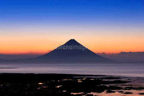 夜明けの開聞岳の写真素材 [FYI01784586]