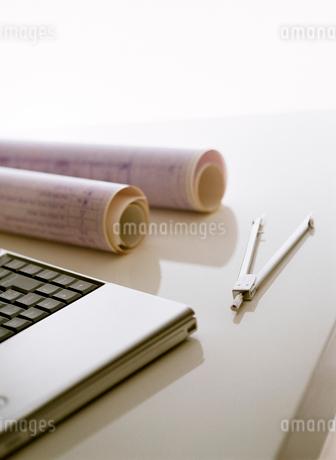パソコンと設計図の写真素材 [FYI01788211]