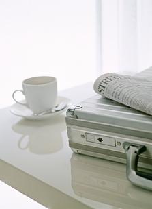 アタッシュケースと新聞とカップの写真素材 [FYI01788235]