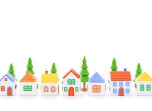 粘土の家と街路樹の写真素材 [FYI01788291]