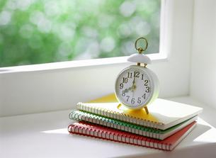 目覚まし時計とノートの写真素材 [FYI01788320]