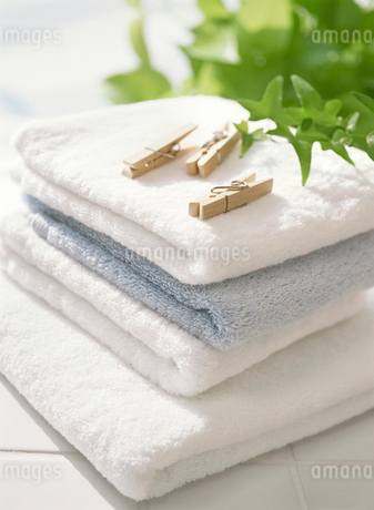 洗濯ばさみとタオルの写真素材 [FYI01788443]