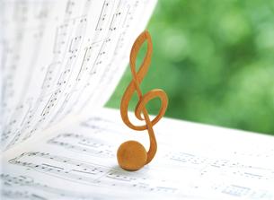 楽譜の上のト記号の写真素材 [FYI01788446]