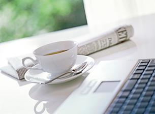 パソコンとコーヒーカップの写真素材 [FYI01788512]