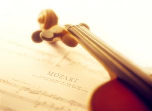 バイオリンと楽譜の写真素材 [FYI01788523]
