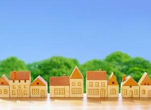 木の家の街と青空のイラスト素材 [FYI01788532]