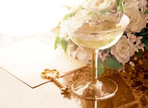 シャンパングラスと鍵と白色の薔薇の写真素材 [FYI01788568]