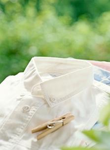 白いシャツと洗濯ばさみの写真素材 [FYI01788570]