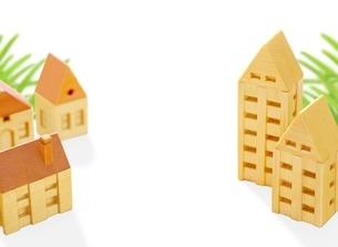 木の家の街のイラスト素材 [FYI01788578]