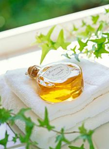 入浴剤とタオルの写真素材 [FYI01788678]