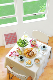 窓辺の朝食の写真素材 [FYI01788752]