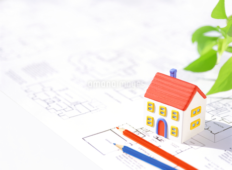 粘土の家と図面と色鉛筆の写真素材 [FYI01788862]
