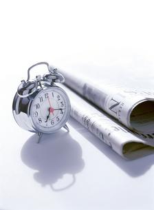 目覚まし時計と新聞の写真素材 [FYI01788878]