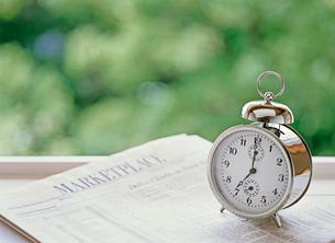 目覚まし時計と新聞の写真素材 [FYI01788938]