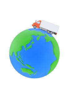 大型トラックと地球の写真素材 [FYI01789438]